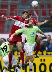 KAISERSLAUTERNS LOKVENC AND KLOSE CHALLENGE BILISKOV OF VFL WOLFSBURGDURING THEIR GERMAN FIRST ...