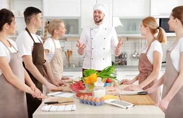 Zelfklevend Fotobehang Koken Male chef and group of people at cooking classes