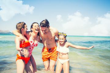Familie beim Baden im Meer