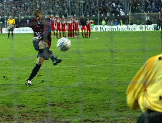 OFFENBACHS THIER MISSES PENALTY AGAINST FRANKFURT IN GERMAN SOCCER CUPMATCH.