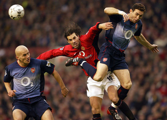 MANCHESTER UNITED'S VAN NISTELROOY IS CHALLENGED BY ARSENAL'S KEOWN ANDCYGAN IN THEIR ENGLISH PREMIER ...