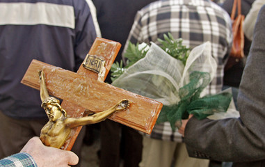 Pilgrims carrying flowers and religious icons line up to view nun Lucia de Jesus dos Santos.