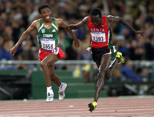 GEBRSELASSIE CROSSES THE FINISH LINE OF THE MENS 10,000M IN SYDNEY.