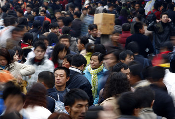 Tens of thousands of passengers crowd Guangzhou Railway Station