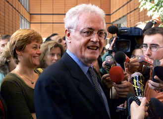French Prime Minister Lionel Jospin (C) and Environment minister Dominique Voynet (L) talk to report..