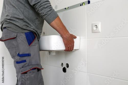 neues waschbecken montieren stockfotos und lizenzfreie bilder auf bild 148514744. Black Bedroom Furniture Sets. Home Design Ideas