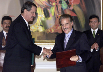 MEXICAN PRESIDENT FOX SHAKES HANDS WITH COLOMBIAN PRESIDENT PASTRANA IN BOGOTA.