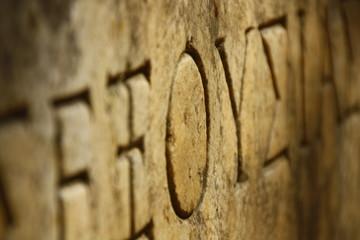 gemeißelter griechischer Schriftzug