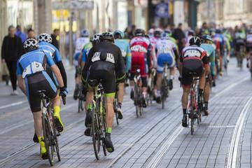 Groep wielrenners tijdens de straatrace