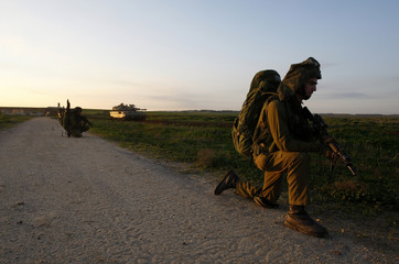 Israeli soldiers advance towards the border with northern Gaza