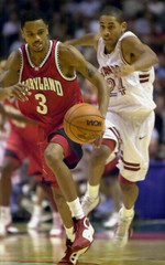 MARYLANDS DIXON CHASES LOOSE BALL IN FRONT OF STANFORDS ROBINSON.