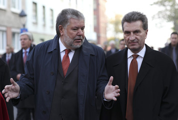 Governors Beck and Oettinger talk during a walk prior to a Governors meeting in Mainz