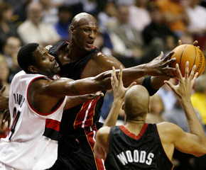 ODOM OF HEAT PASSES TO WOODS WHILE TRAIL BLAZERS DAVIS DEFENDS.