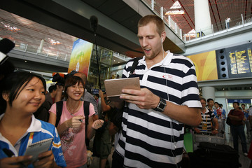 German player Nowitzki signs autographs for Chinese fans in Beijing