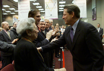 U.S. VICE PRESIDENT GORE GREETS JEWISH LEADERS DURING CAMPAIGNING IN NEW YORK.