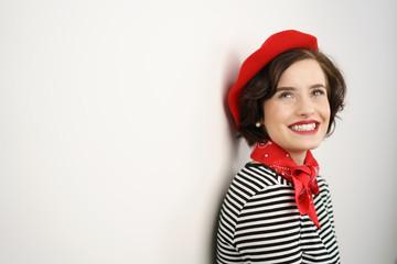 schöne junge frau mit roter mütze