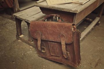 vieux cartable d'école en cuir vintage