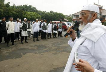 Abu Bakar Bashir, who was alleged to have once headed regional militant network JI, gives sermon to volunteer fighters in Bekasi