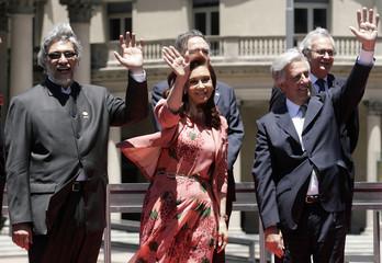 Paraguay's President Lugo, Argentina's President Fernandez and Uruguay's President Vazquez pose for the media in Montevideo