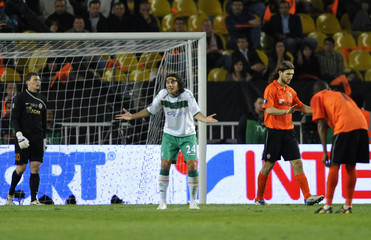 Goalkeeper Pyatov of Shakhtar Donetsk watches Pizarro as he reacts on a disallowed goal during their UEFA Cup final soccer match at Sukru Saracoglu stadium in Istanbul