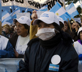 Argentine worker wears mask as a protective measure against H1N1 flu virus during protest in Buenos Aires