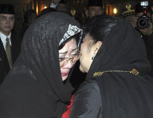 Suharto's daughter Siti Hardiyati Rukmana alias Tutut is comforted by first lady Kristiani Yudhoyono after the funeral of former Indonesia president Suharto in Tawang Mangu