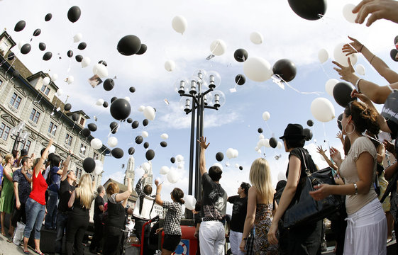 Balloons carrying cards filled with best wishes fly off as they are let go by Michael Jackson's fans during a memorial ceremony at the Rathausbruecke bridge in Zurich