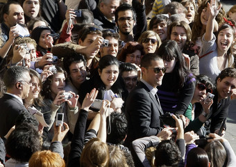 """Actor Matthew Fox is surrounded by a crowd during the premiere of Travis' movie """"Vantage Point"""" in Salamanca, central Spain"""