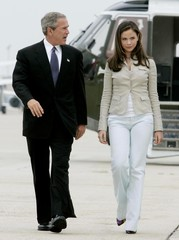 US PRESIDENT GEORGE W BUSH AND DAUGHTER BARBARA WALK TO AIR FORCE ONE.