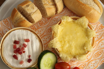 Camembert gebacken mit Brötchen