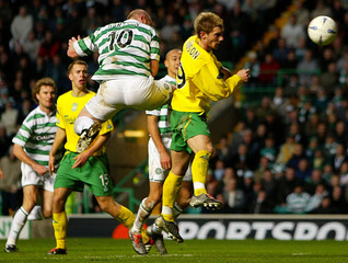 CELTIC'S HARTSON JUMPS ABOVE HIBERNIAN'S O'CONNOR TO SCORE DURING THEIR SCOTTISH PREMIER LEAGUE SOCCER ...