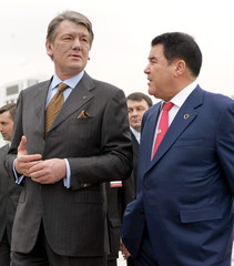 Turkmen President Niyazov talks to Ukrainian counterpart Yushchenko after his arrival in Ashgabat.