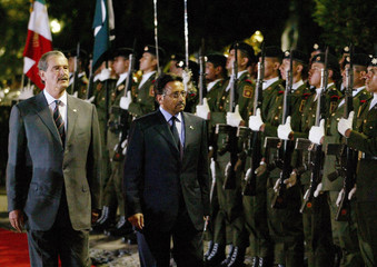 Mexican President Fox and Pakistani President Musharraf review an honor guard.