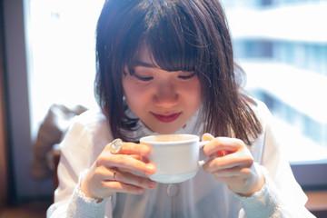 スープを飲む可愛い 女性