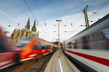 Züge fahren durch Kölner Bahnhof