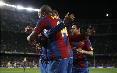 Barcelona's Eto'o embraces Henry after a goal as Hernandez watches during Spanish first division match against Murcia in Barcelona