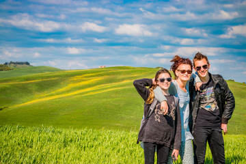 En famille devant les Paysages du Val d'Orcia en Toscane