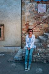 Femme Dans le village de San Quirico d'Orcia en Toscane