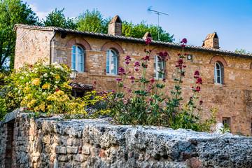 Dans le village de San Quirico d'Orcia en Toscane