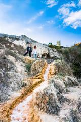 Femme et jeune homme dans Les thermes Bagno Vignoni de San Quirico d'Orcia en Toscane