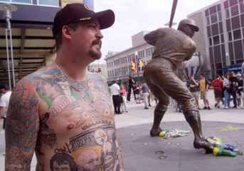 FANS COMMEMORATE PITTSBURGHS WILLIE STARGELL.