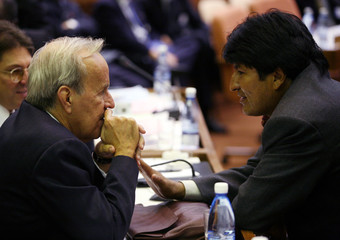 Bolvian President Morales speaks with the president of the Cuban National Assembly Alarcon in Havana