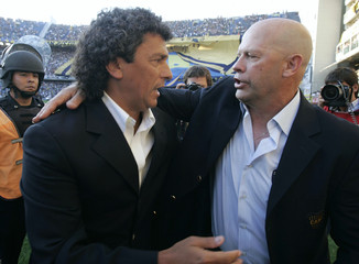 Boca Juniors' coach Ischia embraces Argentinos Juniors coach Gorosito before their soccer match in Buenos Aires