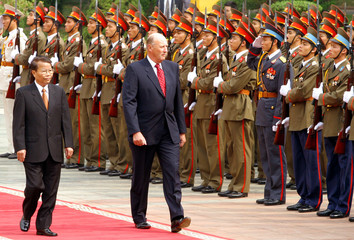 Vietnamese President Luong and Norwegian King Harald V review an honour guard in Hanoi.