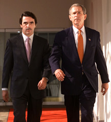 BUSH WALKS WITH SPANISH PRIME MINISTER AZNAR TO LUNCH AT WHITE HOUSE.