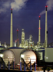 -PHOTO TAKEN 26JUN05- Thailand's largest oil refinery, owned by Thai Oil, lights up in the evening i..