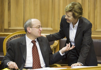 Councillor of State Heberlein discusses with Councillor of State Schiesser during the senate's spring session in Bern
