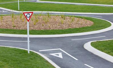 Kreisverkehr Schild mit Verkehrsinsel