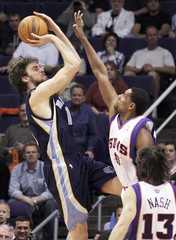 Suns' Thomas tries to block shot by Grizzlies' Gasol in Arizona