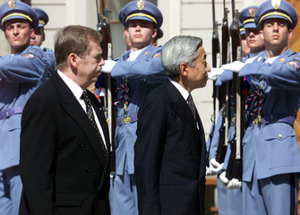 JAPAN'S EMPEROR AKIHITO AND CZECH PRESIDENT HAVEL REVIEW AN HONOURGUARD IN PRAGUE.